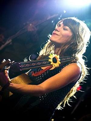 기타 치며 노래하는 제니 루이스