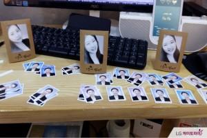 책상 위에 올려져 있는 증명사진과 탁상액자