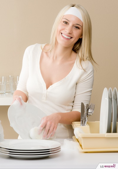 접시 설겆이를 하는 여자
