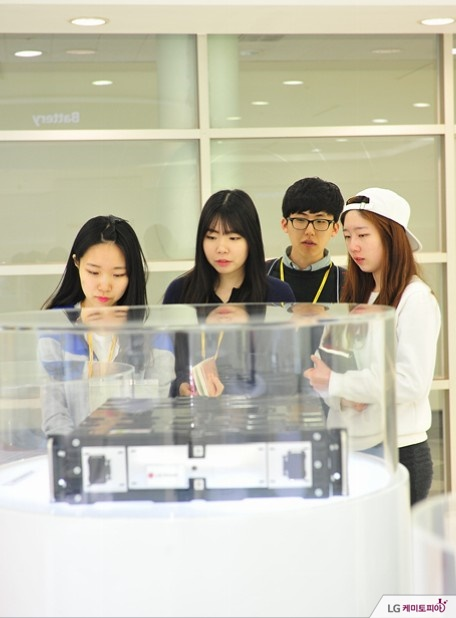 홍보관을 둘러보고 있는 대학생 에디터들