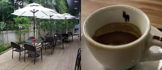 나나흰 카페의 테라스와 커피잔