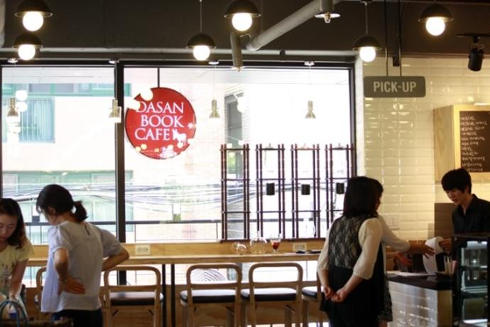 나나흰 카페 내부