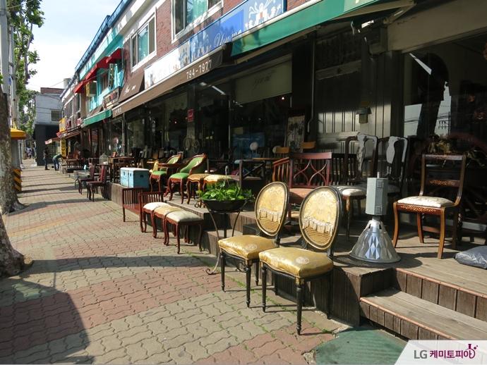 의자를 진열해 놓은 이태원 가구거리의 매장 바깥 풍경