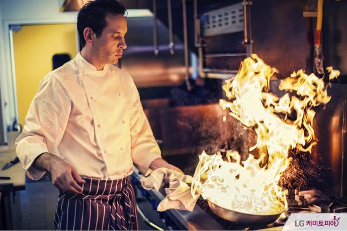 팬에 불을 붙여 요리하는 주방장