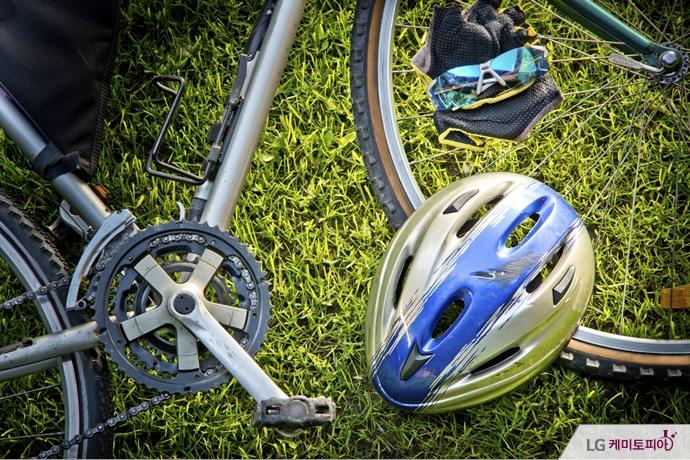 잔디 위에 자전거와 헬멧, 장갑, 고글