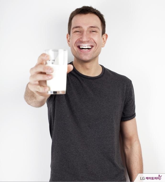 우유를 마시고, 웃고 있는 남자