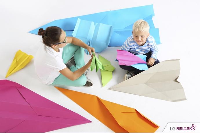 종이접기를 하고 있는 아이들