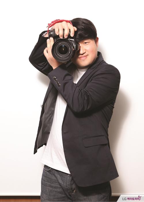 카메라를 들고 사진을 찍는 송정훈 선임