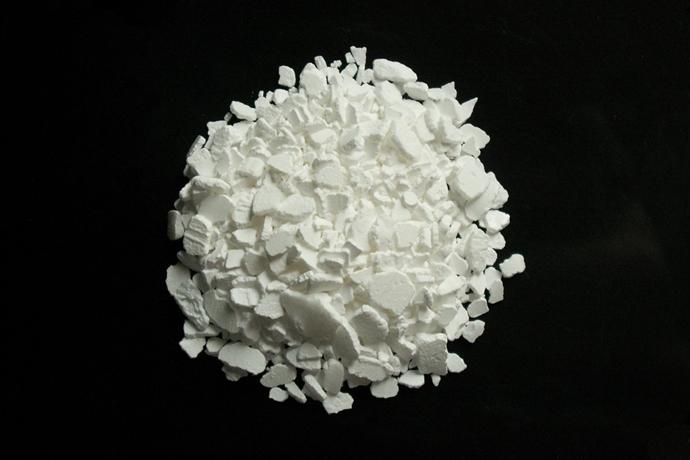흰 색의 염화칼슘 조각들