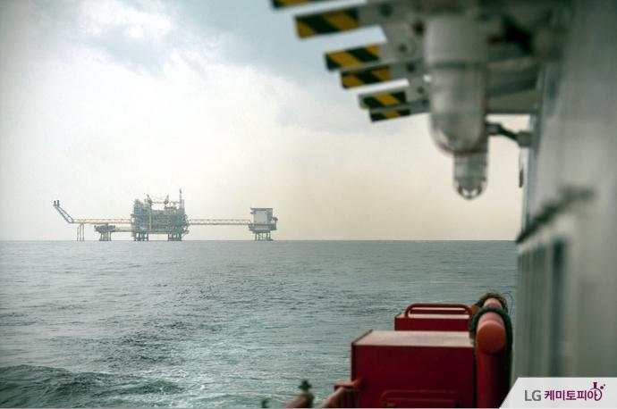바다 위에 특수선박과 해상 플랜트