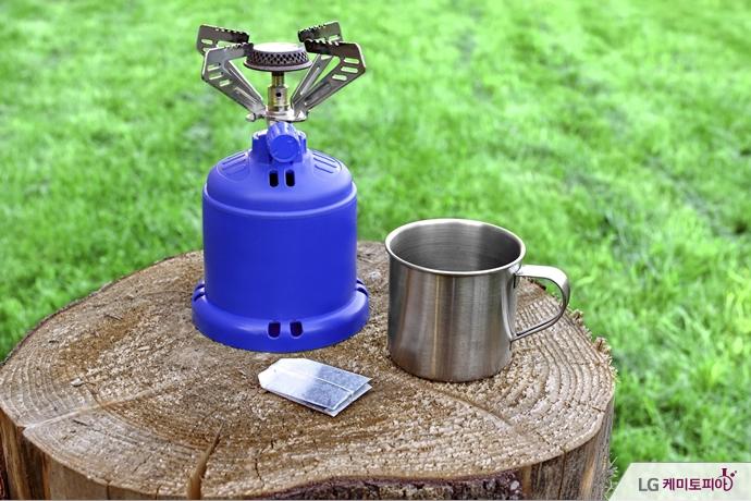 캠핑용 버너와 야외 컵, 녹차 티백
