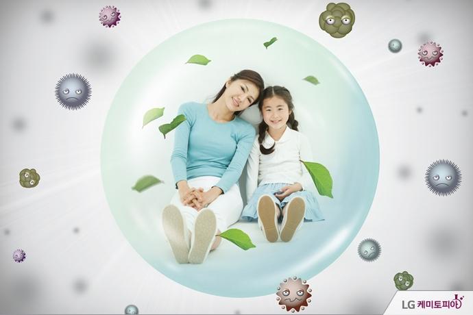 세균들 사이에서 안전한 보호막 속에 있는 모녀