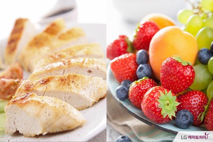 단백질이 풍부한 닭가슴살과 비타민이 가득한 과일들