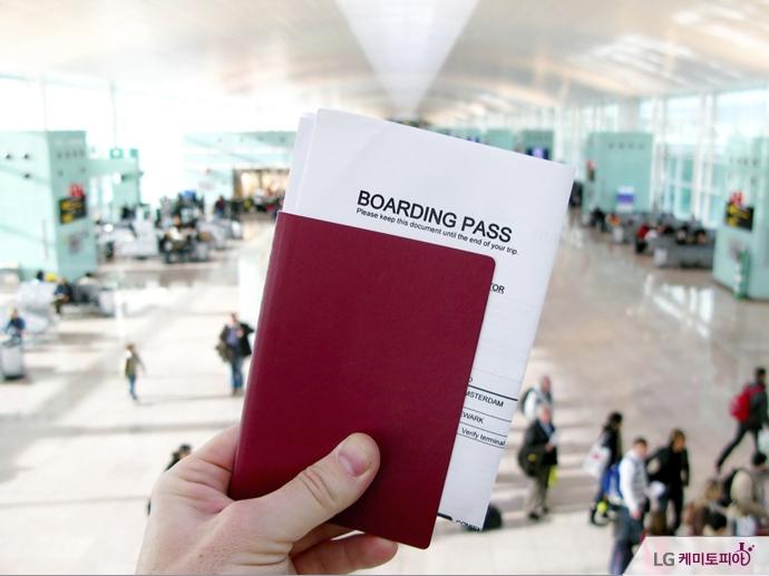 여권과 항공권을 쥐고 있다.