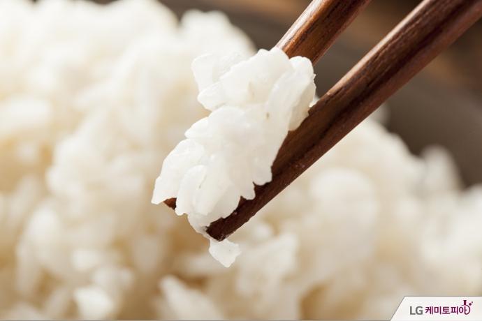 흰 쌀밥과 젓가락