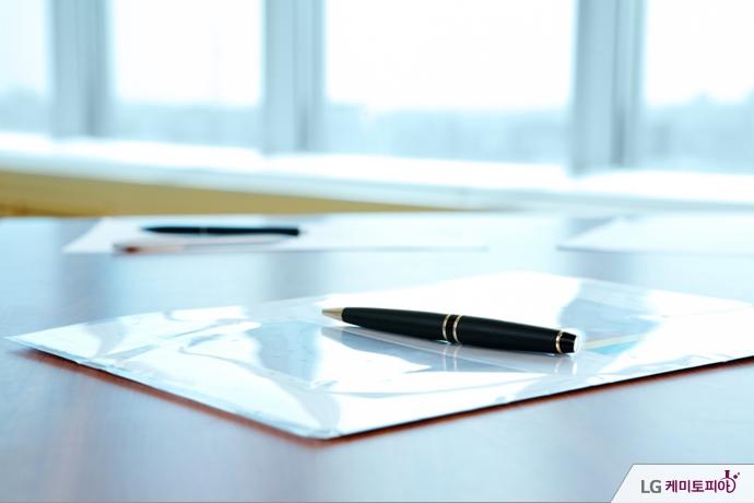 책상 위에 놓인 취업 서류와 만년필