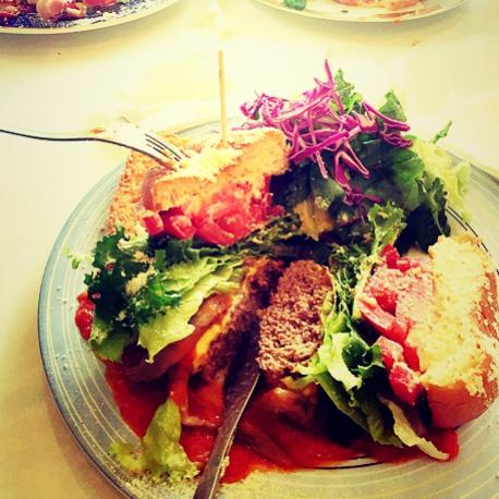 대전 기술연구원 근처 맛집 플레이버거의 푸집한 버거 접시