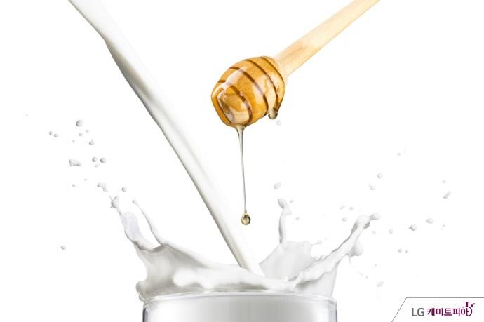 우유에 꿀을 섞고 있다.