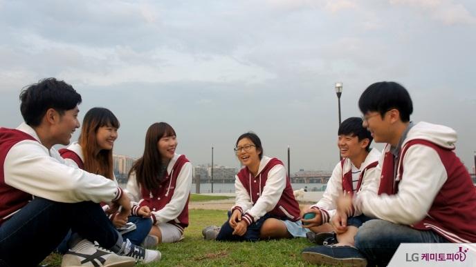 한강 공원에서 앉아 담소를 나누는 에디터들