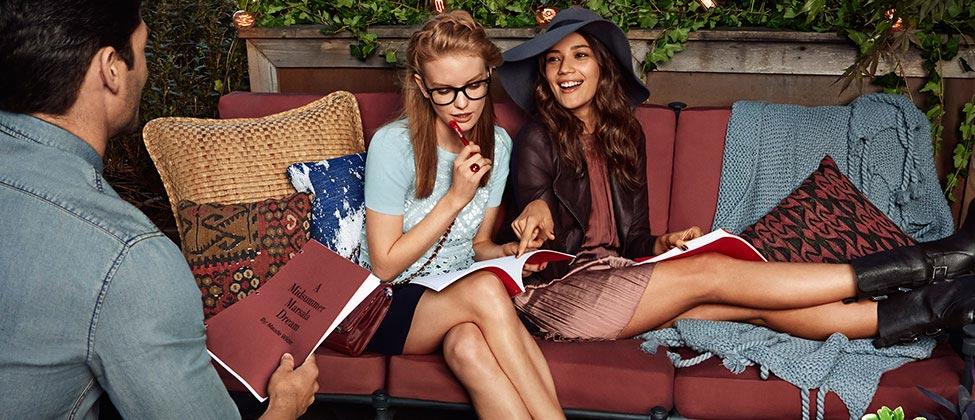 마르살라 컬러 소파에 앉아 마르살라 컬러의 옷과 메이크업을 한 여자들