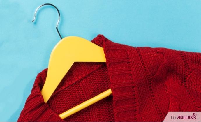 옷걸이에 걸린 빨간 스웨터