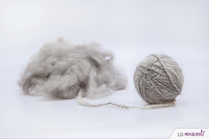 니트웨어를 짜는 털실과 보풀