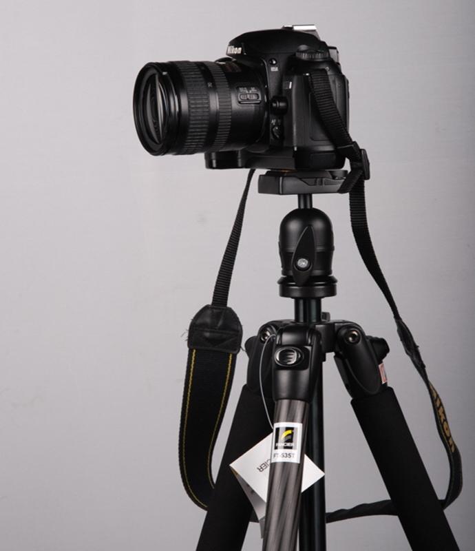 삼각대 위에 고정된 카메라