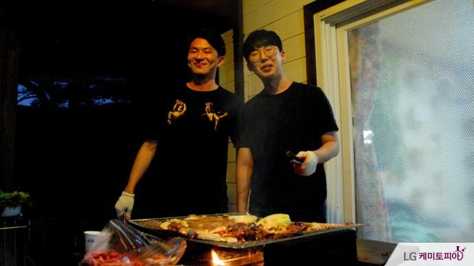 고기를 굽는 1기 대학생 에디터들