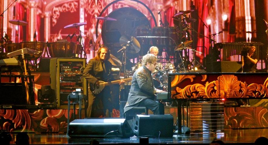 라스베가스에서 공연 중인 피아노를 치는 엘튼 존