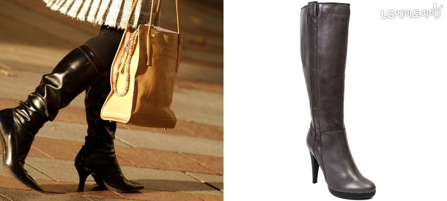 왼쪽엔 검은색 롱부츠를 주름스커트에 매치한 여자의 다리가 보이고 오른쪽은 재색의 롱부츠