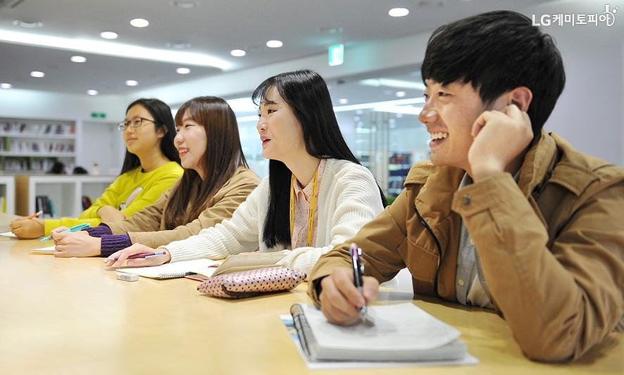 조재일 사원과 이다호라 사원의 이야기를 경청하는 대학생 에디터들