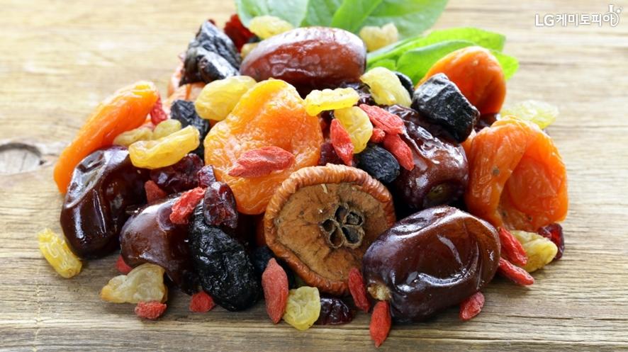 여러가지 말린 과일들이 접시에 담겨져 있다.