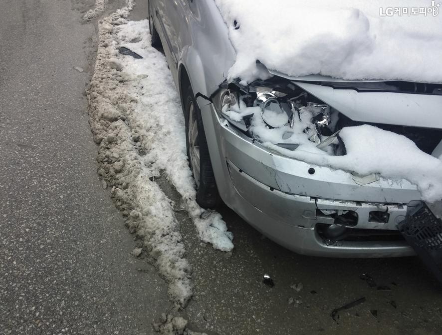 눈길에 사고가 난 차량