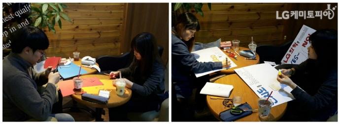 카페에 모여 도화지를 자르고 칠하며 예쁘게 피켓을 만들고 있는 에디터들