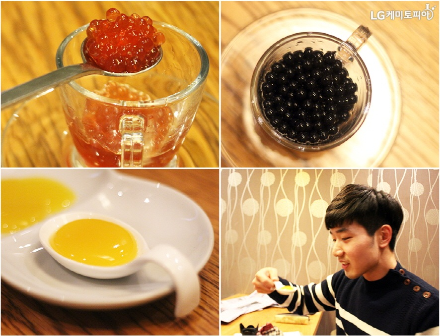 (좌측 상단부터 4컷 차례대로) 작은 컵에 담긴 붉고 투명한 알갱이를 담은 스푼, 작은 컵에 담긴 검은 알갱이, 작은 스푼에 담긴 노란 푸딩 느낌의 음식, 노란 푸딩같은 음식을 먹는 재퐁
