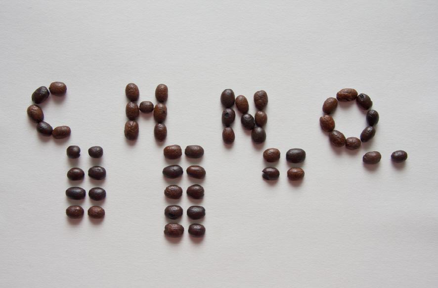 카페인 구조식(C8H10N4O2)을 커피콩으로 나타낸 모습