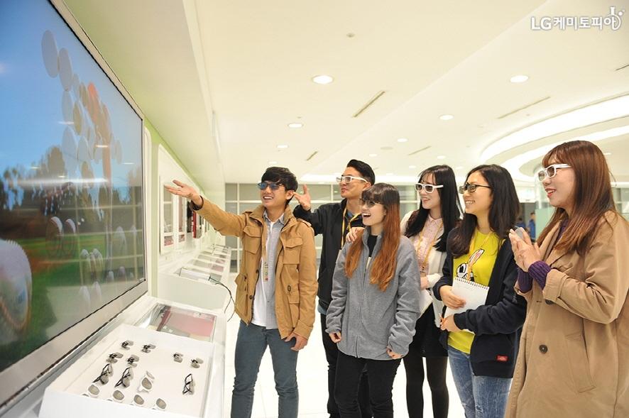 3D 안경을 쓰고 TV를 체험하는 대학생 에디터들