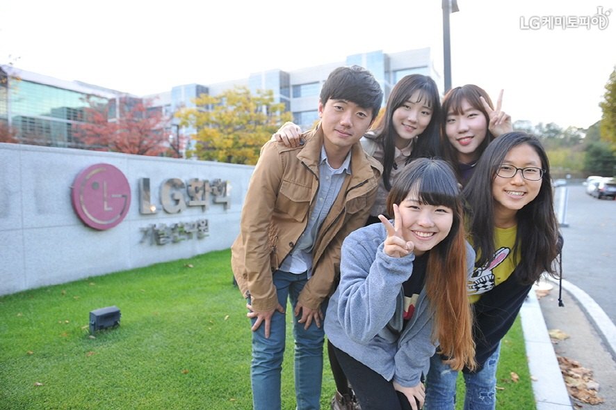 LG화학 기술연구원 정문 앞에서 찍은 대학생 에디터들의 단체 사진