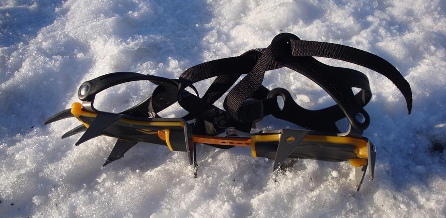 눈밭 위에 놓은 아이젠 한 켤레