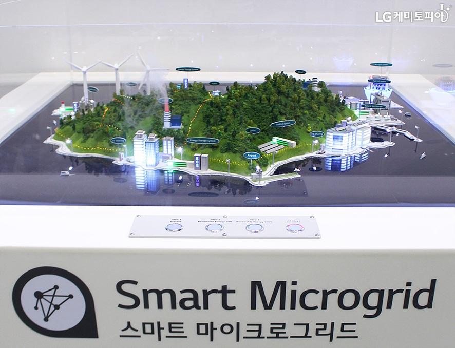 스마트 마이크로그리드 전시 부스에 신재생 에너지를 활용한 도시 조감도 미니어쳐