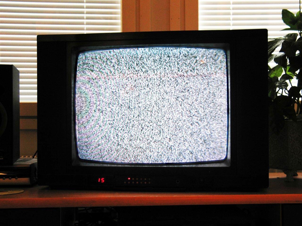 지지직 거리는 화면이 나오는 브라운관 텔레비전