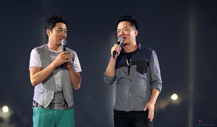 무대에서 공연 중인 컬투 사진