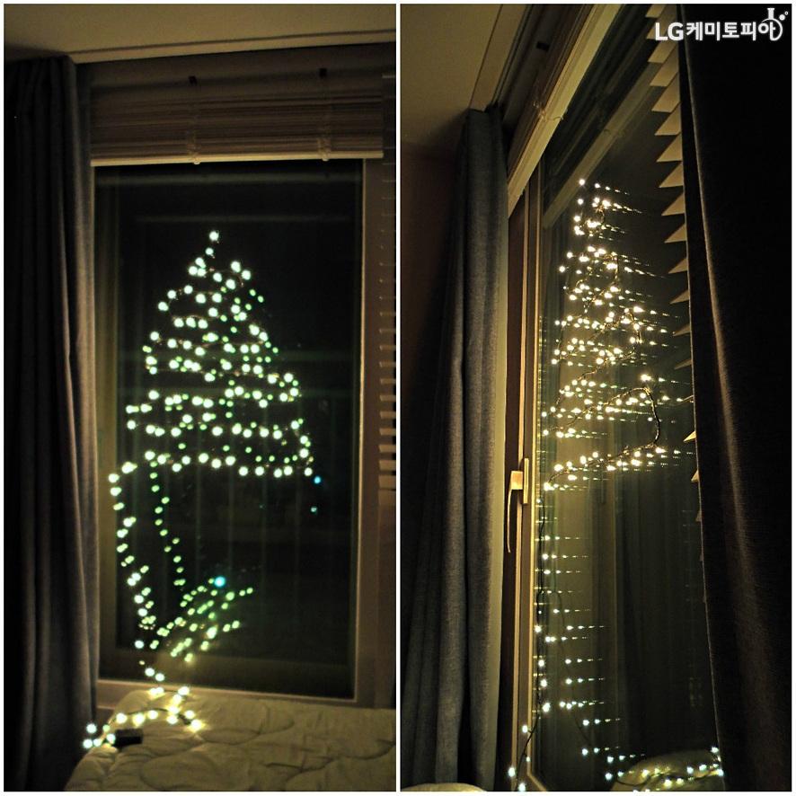 꼬마전구에 전원이 들어온 모습. 작고 동그란 전구 불빛이 트리 모양으로 밝게 빛난다.