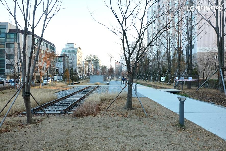 2호선 홍대입구역 경의숲길 철로 사진