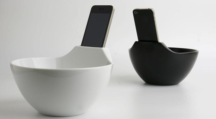 도자기로 만든 라면 그린 한면에 홈이 파여있어 거기에 스마트폰을 꽂아두었다.