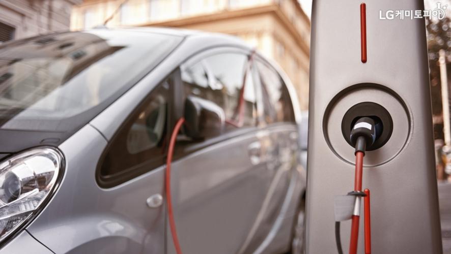 충전 중인 전기차와 충전기