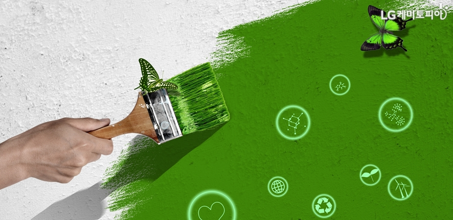 흰 벽에 초록색 페인트를 바르는 손
