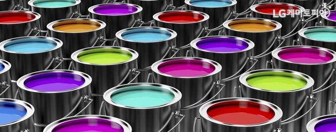 여러 색의 도료가 들어있는 페인트통들이 나열되어 있다.