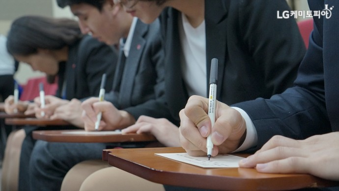 엽서에 정성 가득한 손편지를 쓰는 신입사원들