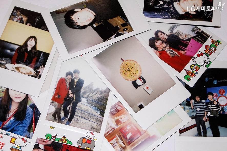 여러 장의 폴라로이드 사진이 펼쳐져 있다.